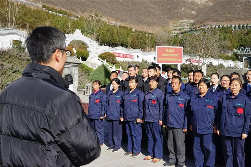 安全防护小组孙立磊组长向各部门人员介绍陵园基本消防情况