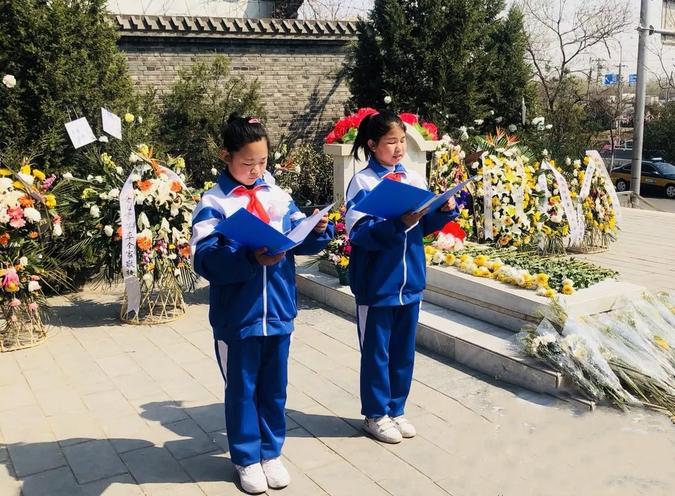 卢沟桥一小五年级联合中队来到了赵登禹将军的墓地