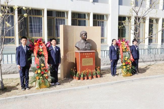 北京丰台二中初一年级师生齐聚在唐宁塑像前