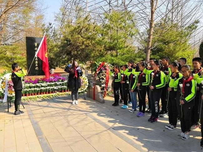 北京市朝阳区定辛庄小学开展清明节祭英烈扫墓活动