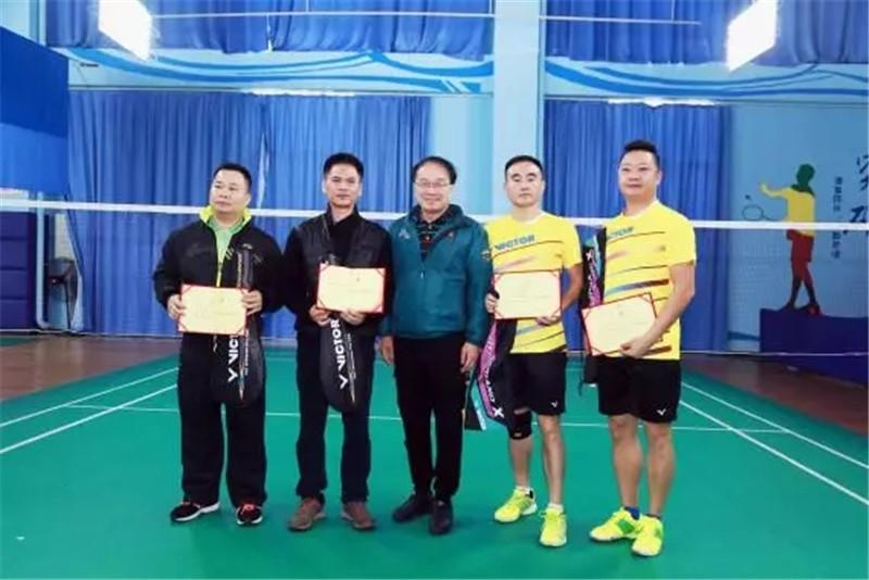 王宏阶为团体赛冠军颁奖